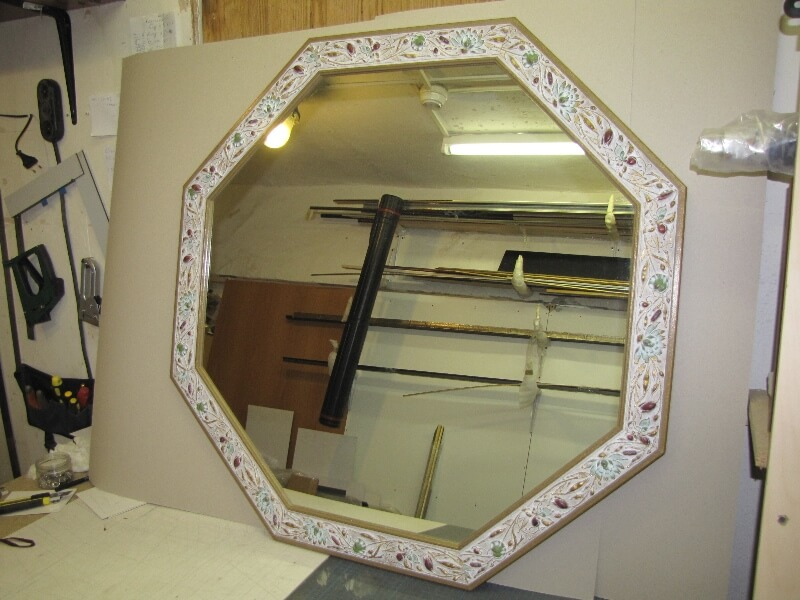 Зеркало в восьмиугольной багетной раме